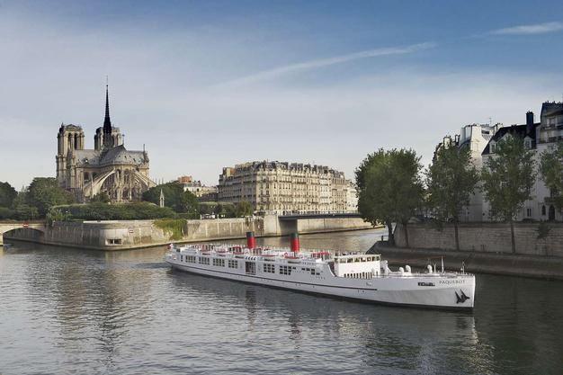 Le Paquebot sur la Seine à Paris